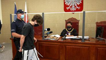 Sąd rejonowy w Szczecinie. Początek procesu Łukasza W. Kamerzysty oraz dwóch innych osób oskarżonych o psychiczne i fizyczne znęcanie się nad upośledzonym intelektualnie osiemnastolatkiem