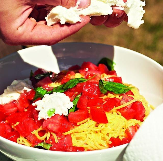 Makaron z mozzarellą i pomidorami