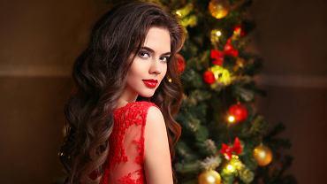 Jak ubrać się na święta Bożego Narodzenia? Postaw na sukienki. Propozycje klasyczne oraz dla odważnych