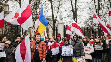 Blisko 200 osób protestowało w niedzielę w Warszawie przeciwko integracji Białorusi i Rosji w ramach państwa związkowego.