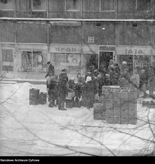 Kolejka przed sklepem spożywczym przy ul. Malczewskiego