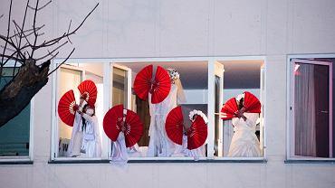28.11.2020 Warszawa, Z okazji 102 rocznicy uzyskania praw wyborczych przez Polki, Kolektyw Aurora zorganizował spektakl w oknach domu przy ulicy Mickiewicza 34/36 w Warszawie.