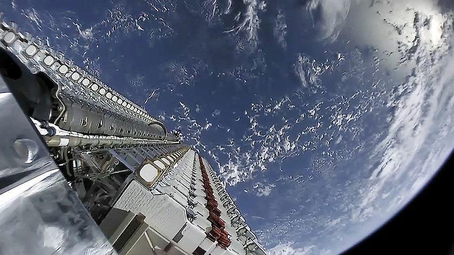Pierwsza partia 60 satelitów Starlink wynoszona przez rakietę Falcon-9 na orbitę wokółziemską w maju 2019