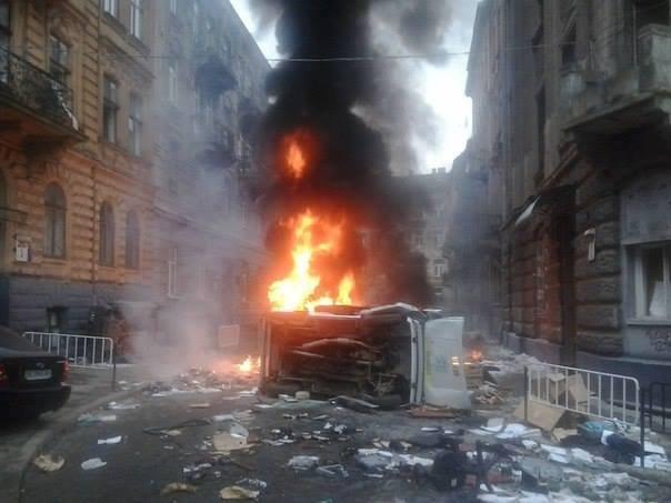 Płonące samochody na ulicach Lwowa