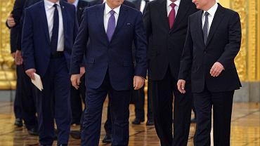 Putin i przywódcy państw sojuszniczych na szczycie Organizacji Układu o Bezpieczeństwie Zbiorowym (ODKB) oraz członków Unii Euroazjatyckiej. Po lewej widzimy, że prezydentowi Rosji towarzyszą prezydenci Nazarbajew (Kazachstan), Rakhmon (Tadżykistan)
