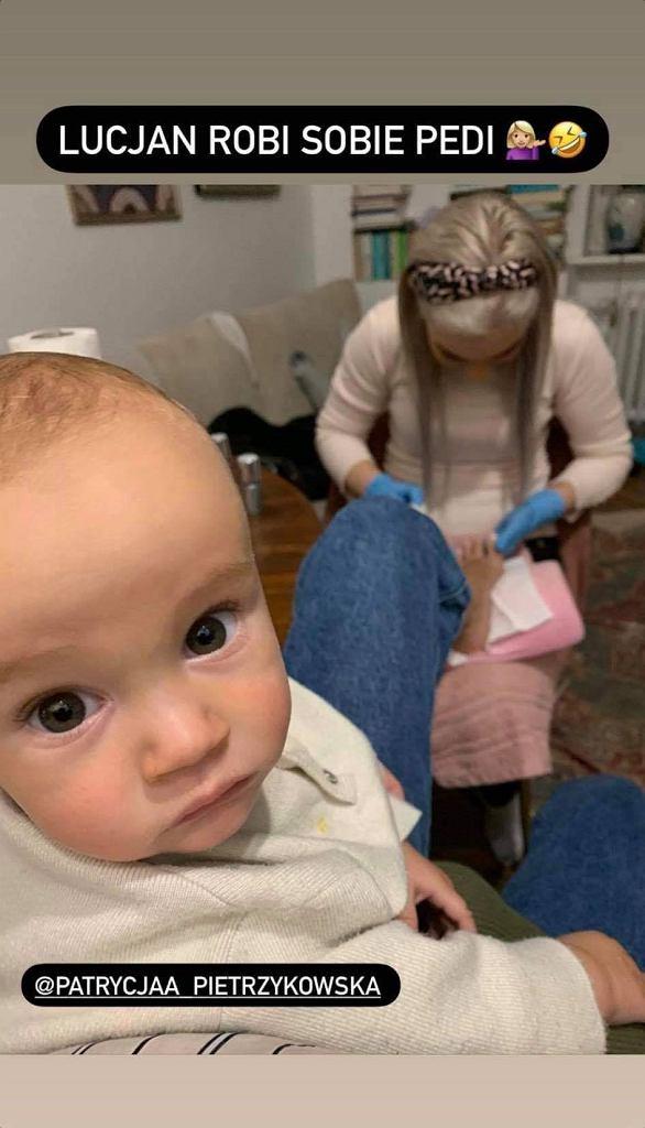 Monika Mrozowska opiekowała się synem podczas pedicure. 'Polowe warunki'