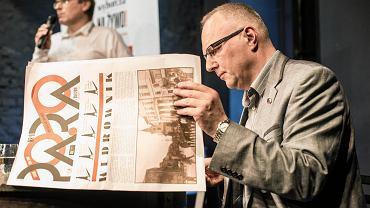 Jarosław Kurski przed spotkaniem z czytelnikami przegląda najnowszy numer czasopisma 'PA.RA', który wydaje Ośrodek Brama Grodzka - Teatr NN