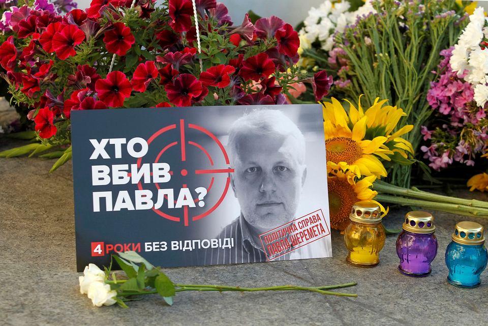 Kwiaty w miejscu zabójstwa Pawła Szeremeta w czwartą rocznicę śmierci, Kijów, 20.07.2020