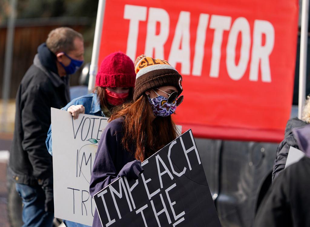 Grupka demonstrantów w Denver domagających się impeachmentu Trumpa