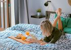 Stolik śniadaniowy - pomysłowy dodatek przydatny podczas romantycznych, weekendowych poranków