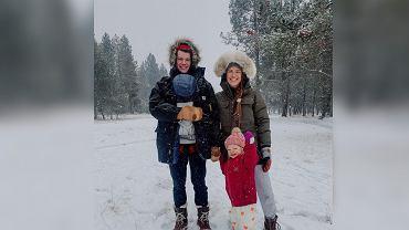 Mama została skrytykowana za jazdę na nartach z dzieckiem na rękach