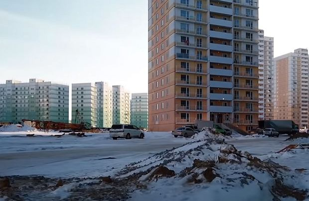 Jedno z osiedli w Nowosybirsku. Wedle autora nagrania to przykład 'Nowostrojki' - braku dróg, dodatkowej infrastruktury, oświetlenia