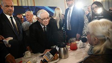 Jarosław Kaczyński rozmawia z uczestniczką spotkania w Krakowie