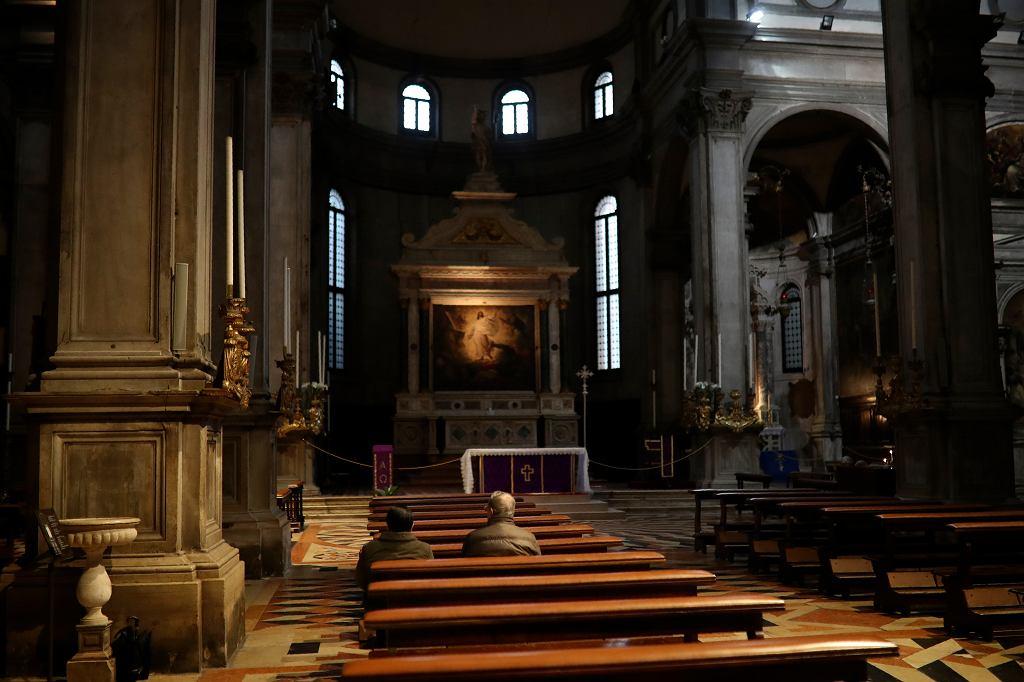 Wierni w kościele we Włoszech. Z powodu koronawirusa zawieszone zostają msze święte.