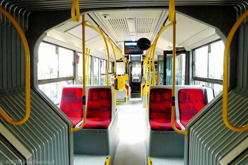 Wnętrze autobusu komunikacji miejskiej