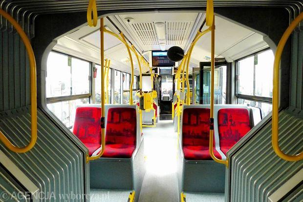Co zrobić, gdy autobusem jadą bezdomni? Zimą żal wyganiać