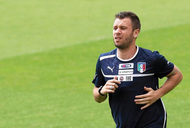 Italy's national soccer player Antonio Cassano warms up during a training session in Coverciano, near Florence, May 30, 2012. Italy start their Euro 2012 Group C opener against holders Spain in Gdansk on June 10 and will also face Croatia and Ireland in host countries Ukraine and Poland.  REUTERS/Tony Gentile  (ITALY - Tags: SPORT SOCCER)  SLOWA KLUCZOWE:  :rel:d:bm:GF2E85U0TP301