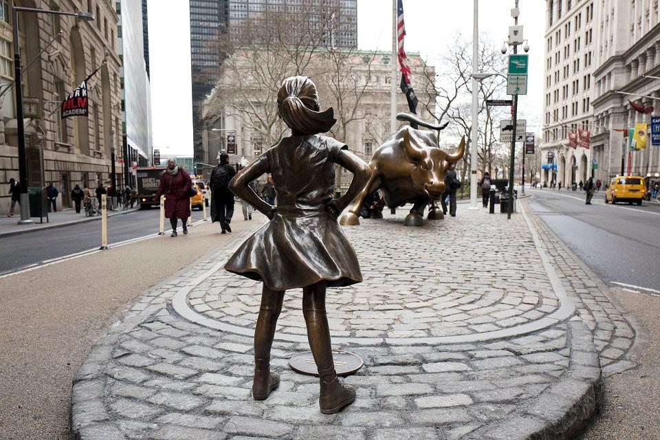 Miedziana rzeźba Fearless Girl postawiona naprzeciw szarżującego byka na nowojorskiej Wall Street