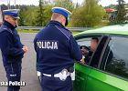 Pijany kierowca zadzwonił po kolegę, żeby zajął się jego autem. Ten przyjechał i na kontroli wydmuchał promil