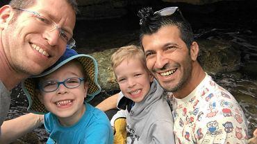 Ophir (z lewej) ze swoim partnerem i synami, w których imieniu złożył skargę do Strasburga. Trybunał odpowie na pytanie, czy Polska ma prawo inaczej traktować dzieci urodzone w związkach jednopłciowych