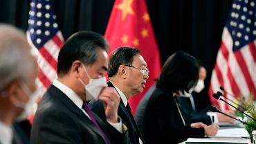 W środku szef polityki zagranicznej chińskiej partii komunistycznej Yang Jiechi, po jego lewej minister spraw zagranicznych Wang Yi