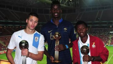 Clifford Aboagye (z prawej) oraz Paul Pogba i Nicolas Lopez z nagrodami indywidualnymi po mistrzostwach świata U-20 w 2013 roku