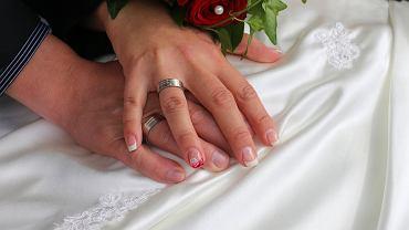 Obrączki ślubne białe złoto. O czym trzeba pamiętać wybierając obrączki? Zdjęcie ilustracyjne