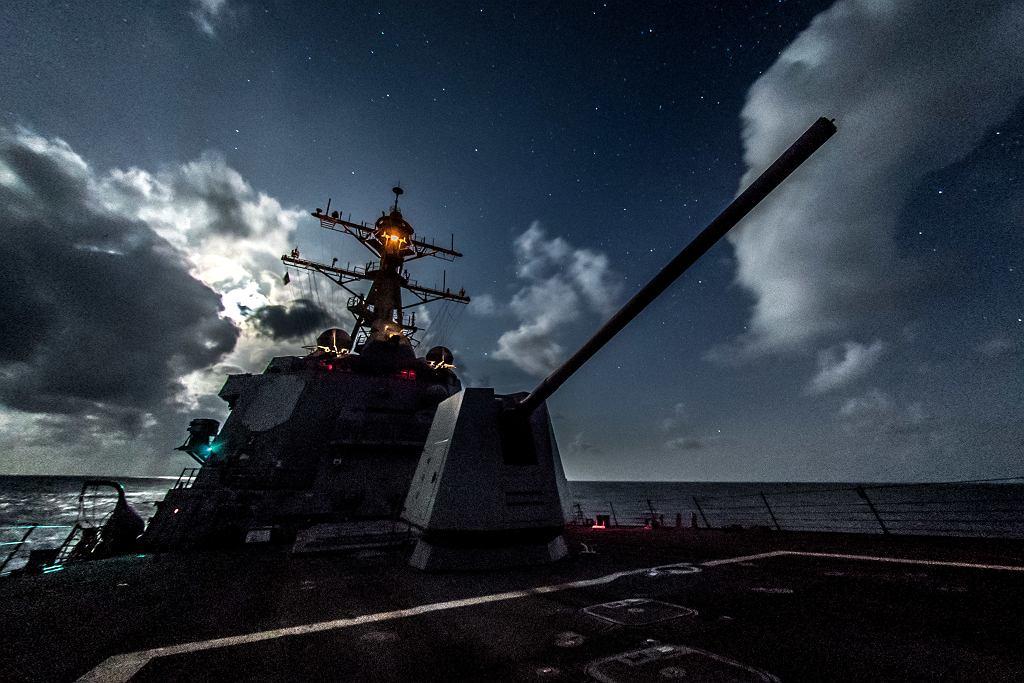 Niszczyciel typu Alreigh Burke nocą. Na pierwszym planie armata Mk 45, na drugim nadbudówka i maszt
