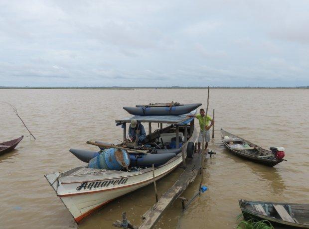 Rumaki amazońskie nie wytrzymały mocy fal wielkiej rzeki. Czas na naprawy w niedalekim porcie Santarem