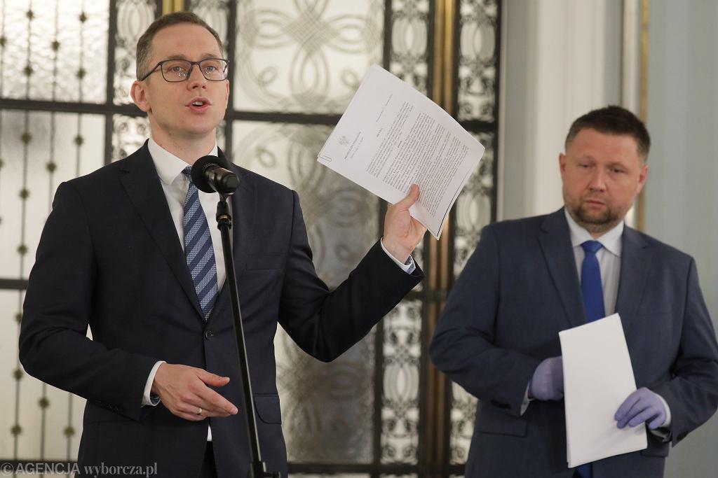 Cezary Tomczyk i Marcin Kierwiński podczas konferencji w Sejmie 30 kwietnia 2020 r., poświęconej w sprawie drukowania kart wyborczych