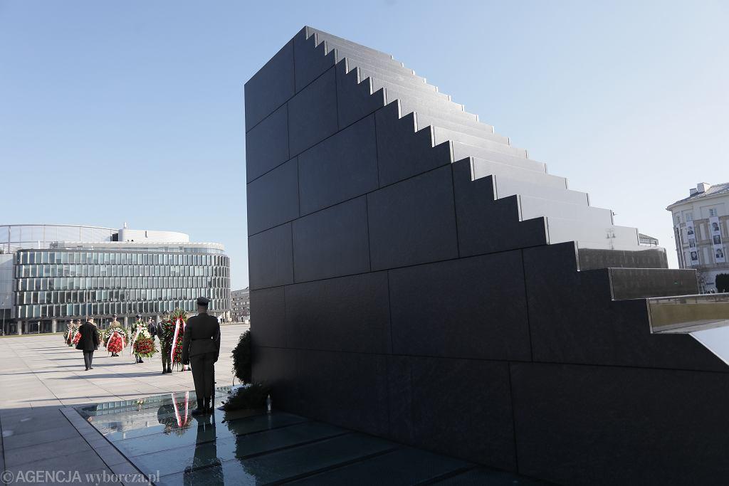 Pomnik Ofiar Tragedii Smoleńskiej 2010 roku podczas obchodów 10 kwietnia 2020 roku