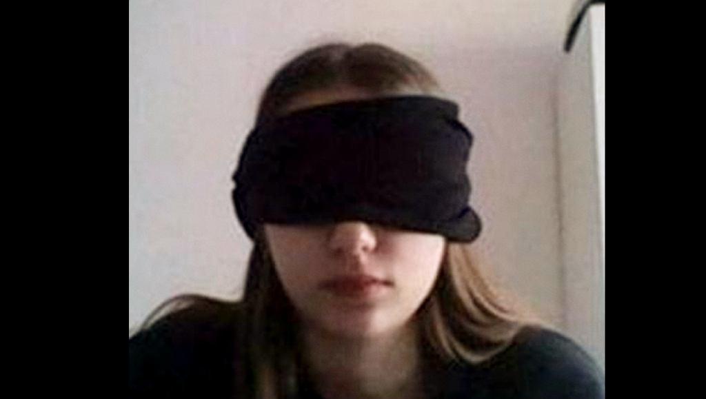 Zdjęcie nastolatki z przesłoniętymi oczami szybko stało się symbolem nadużyć pedagogów w trakcie nauczania zdalnego.