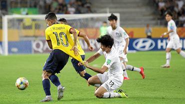 W półfinałowym meczu młodzieżowego mundialu reprezentacja Korei Połu-dniowej pokonała fawory-zowaną drużynę Ekwado-ru. Piłkarze z Azji decydującą bramkę zdobyli w 39 minucie meczu. W końcówce meczu - wielkie emocje. Swoje sytuacje mieli piłkarze z Ameryki Południowej. Nie udało im się jednak wyrównać. Spotkanie obejrzało blisko 13 tys. kibiców. Wtorkowy mecz był pożegnaniem małego mundialu z Areną Lublin. Piłkarze Korei Południowej w wielkim finale zmierzą się w sobotę w Łodzi z Ukrainą. Dzień wcześniej w Gdyni w spotkaniu o brąz Ekwadorczycy zmierzą się w Gdyni z Włochami. Mundial był wielkim sukcesem Lublina i Areny. Dziewięć meczów mistrzostw obejrzało w sumie ponad 80 tys. widzów.