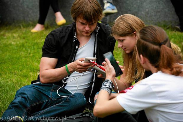 UOKiK kontra Orange, Plus, Play i T-Mobile. Walka o znikające środki w telefonach na kartę