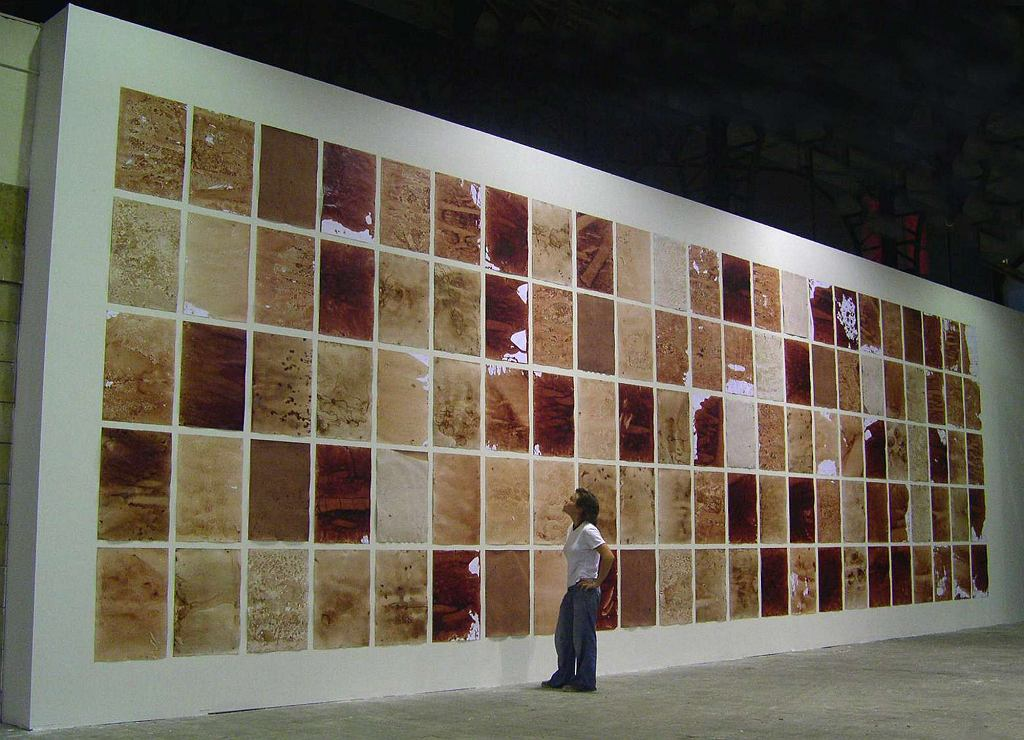 Teresa Margolles. Papeles, 2003, papier akwarelowy, woda użyta do mycia zwłok po sekcji / Dzięki uprzejmości artystki i Galerie Peter Kilchmann, Zurych