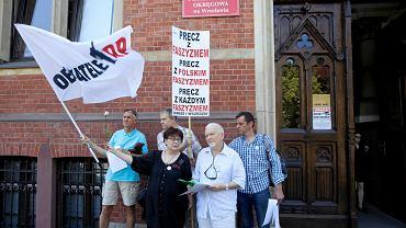 Obywatele RP z Wrocławia  wypowiedzieli pod gmachem prokuratury zdanie 'Precz z polskim faszyzmem' i złożyli zawiadomienie o możliwości popełnienia przestępstwa przez samych siebie.