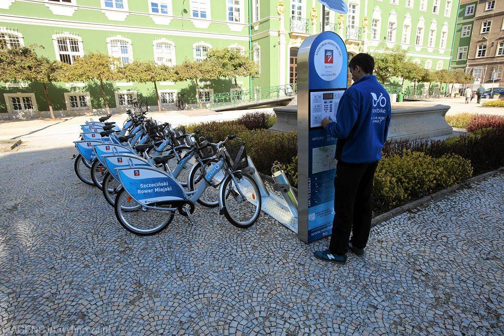 Rower miejski w szczecińskich barwach został zaprezentowany jesienią przed magistratem