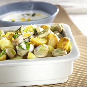 Młode ziemniaki zbobem w sosie śmietanowym