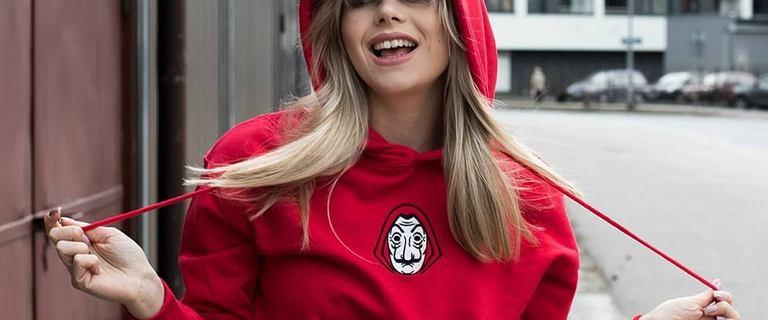 Modne bluzy House 2021. Te wyjątkowe modele przyciągają uwagę! Czerwona z nadrukiem znanego serialu to hit!