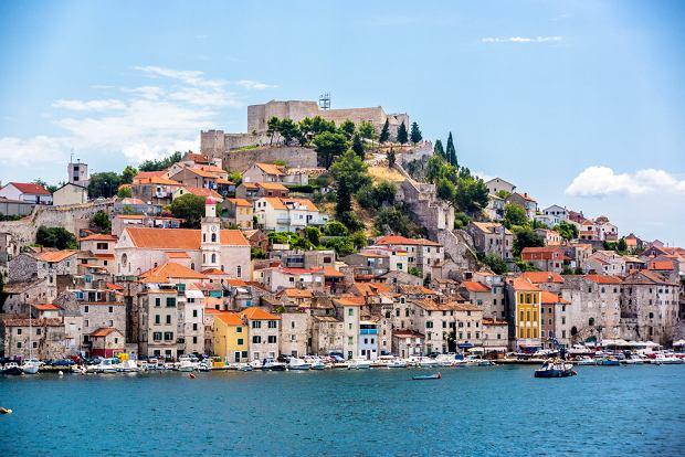 Szybenik jest atrakcyjny, ale nie tak zatłoczony jak Dubrownik czy Split. Niestety, znajdująca się tu  katedra św. Jakuba jest jednym z pięciu najbardziej zagrożonych zalaniem zabytków na świecie