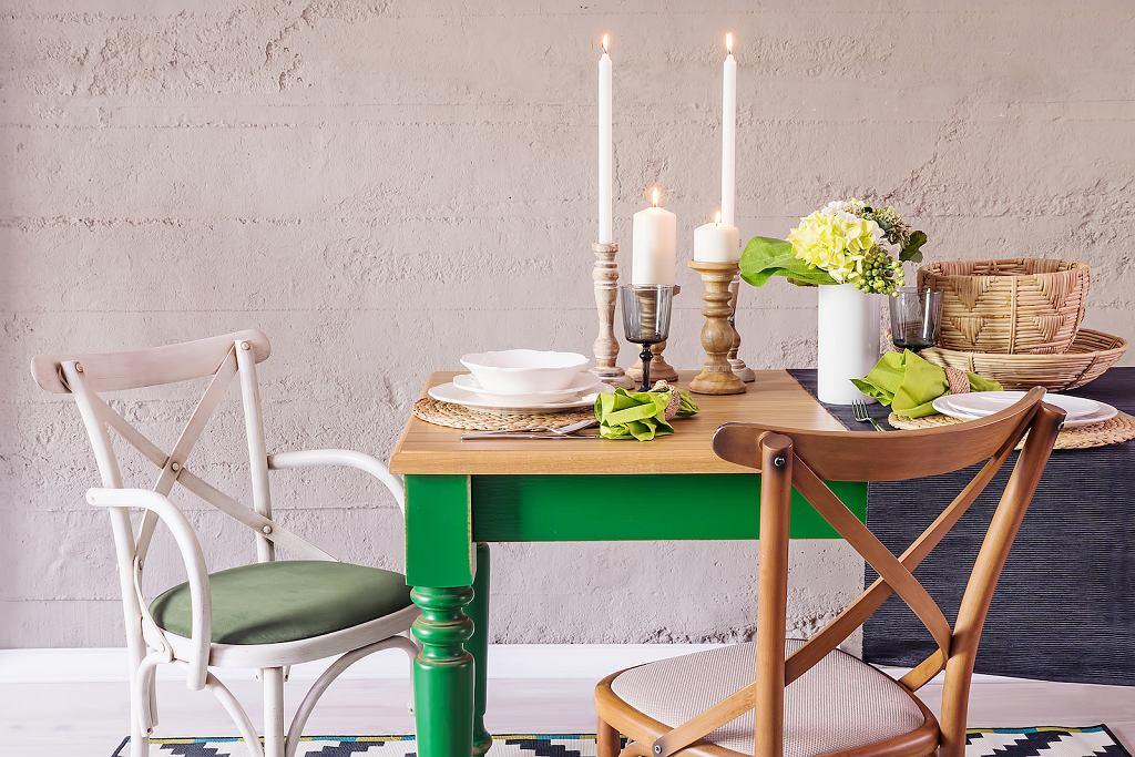 Stół zaaranżowany w stylu prowansalskim.