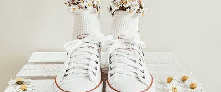 Białe sneakersy - te buty musisz mieć na lato! Sprawdź stylowe modele do letnich zestawów