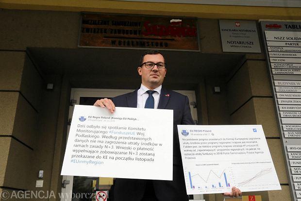 Stefan Krajewski wręczył plansze z danymi o rzeczywistym, aktualnym wykorzystywaniu unijnych pieniędzy Arturowi Kosickiemu i Stanisławowi Derehajło