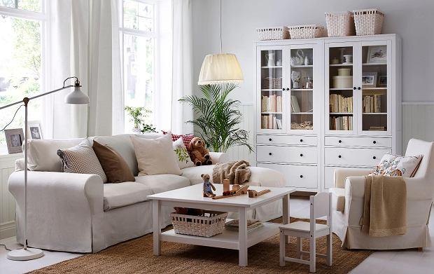 Biały kredens w jasnym salonie