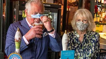 Książę Karol i księżna Camilla podczas wizyty w pubie
