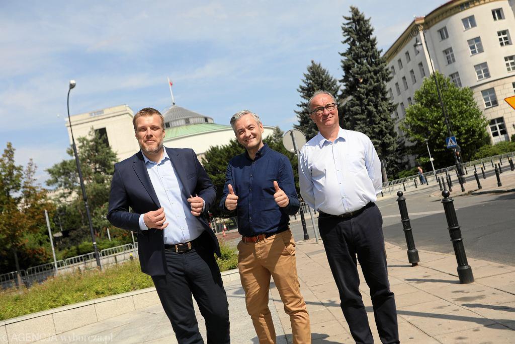 Adrian Zandberg, Wojciech Biedroń i Włodzimierz Czarzasty podczas konferencji prasowej pod Sejmem, 21 lipca 2019