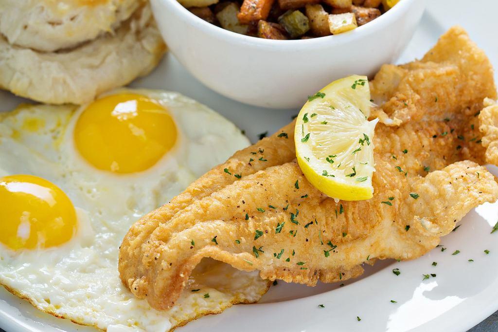 Smażona ryba to świetna propozycja obiadowa.