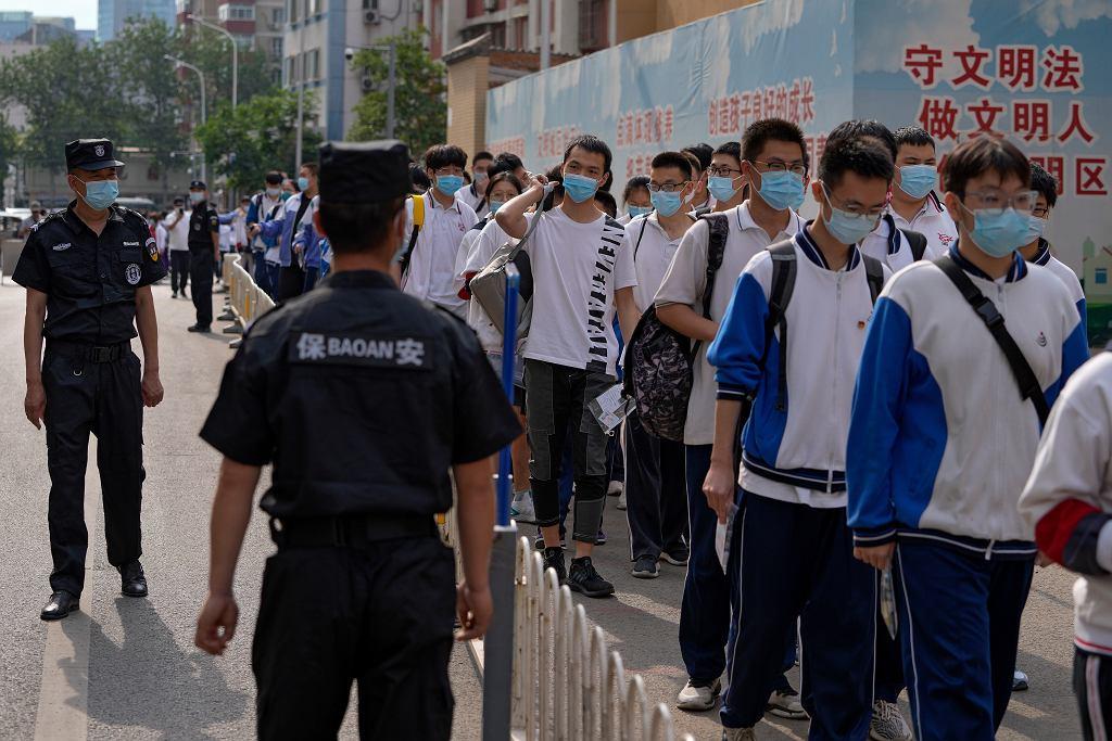 Uczniowie czekający w kolejce do ogólnokrajowych egzaminów wstępnych na studia