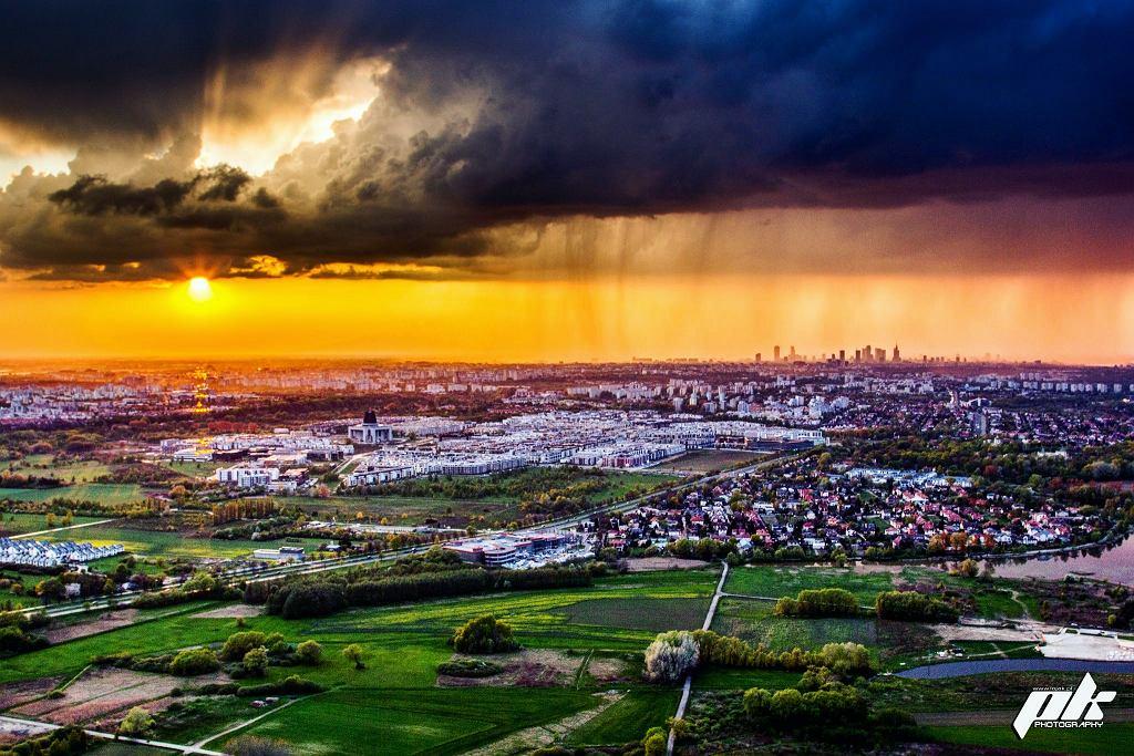 Ściana deszczu w Łomiankach przed zachodem słońca - zdjęcie zrobione z Wilanowa