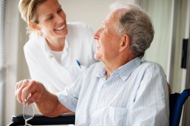 Rehabilitacja domowa osoby po udarze mózgu zazwyczaj wymaga nie tylko dobrych chęci, ale wiedzy i doświadczenia